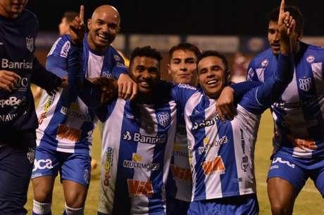 Matheus Batista (à dir.) comemora seu primeiro gol pelo Esportivo-RS (Divulgação/Esportivo-RS)