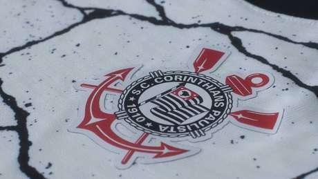 Nova camisa do Corinthians traz desenhos de rachaduras em alusão ao compromisso do clube de 'quebrar barreiras'