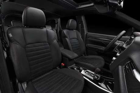Mitsubishi Outlander Black Edition traz bancos revestidos em couro preto e costura vermelha.