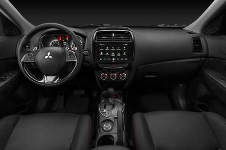 Mitsubishi Outlander Sport Black Edition: acabamento do console central em black piano.