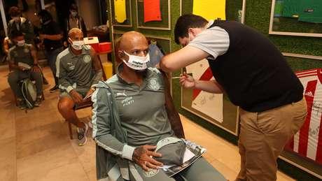 Felipe Melo recebe a vacina contra covid-19