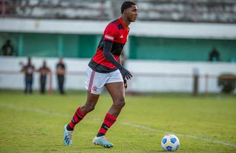 Zagueiro, Jhonata Ventura tem 1,94m de altura (Foto: Marcelo Cortes / Flamengo)