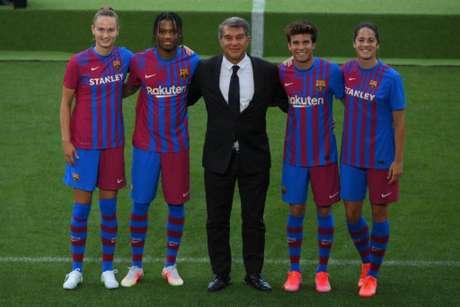 O Barcelona anunciou o novo uniforme para a temporada 2021/22 nesta terça (Foto: LLUIS GENE / AFP)
