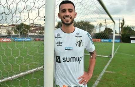 O volante Camacho foi apresentado nesta terça-feira (Foto: Ivan Storti/Santos FC)