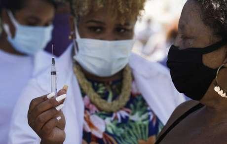 Vacinação com a CoronaVac em Duque de Caxias, Rio de Janeiro 29/3/2021 REUTERS/Ricardo Moraes