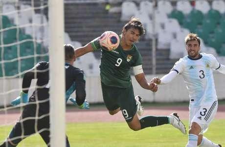 Marcelo Moreno em jogo da Bolívia contra Argentina  13/10/2020   Javier Mamani/Pool via Reuters