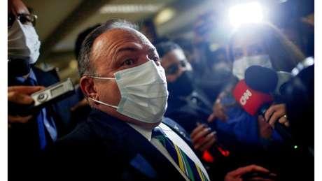 Pazuello disse que 'um manda e o outro obedece', mas que o presidente Bolsonaro não deu ordens para não comprar vacinas contra o coronavírus