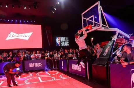 Budweiser é patrocinadora da NBA e emissora oficial da liga no Brasil (Divulgação)