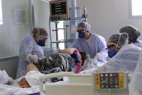 Profissionais de saúde cuidam de paciente com Covid-19 em hospital em São Paulo 17/03/2021 REUTERS/Amanda Perobelli
