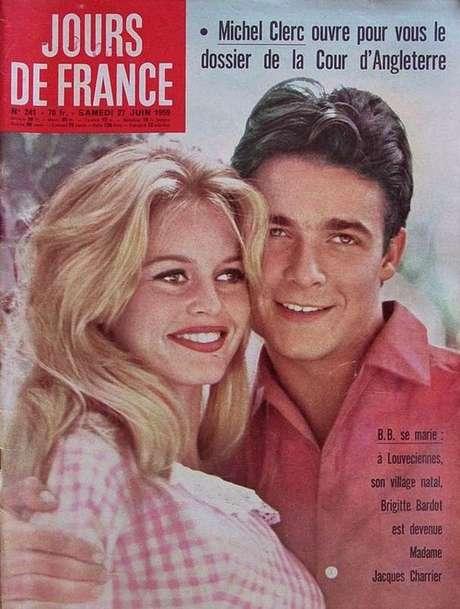 Brigitte Bardot com o vestido que de casamento com Jacques Charrier