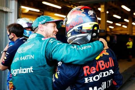 Sebastian Vettel abraça Sergio Pérez em Baku: dois vitoriosos no fim de semana de F1