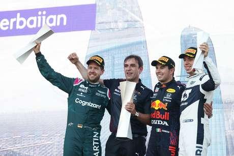 O pódio improvável: Sebastian Vettel ao lado do vencedor Sergio Pérez e de Pierre Gasly em Baku