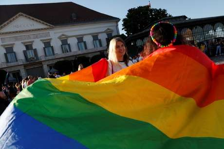 Manifestantes LGBTQ em Budapeste  16/6/2021   REUTERS/Bernadett Szabo