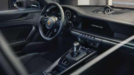 Porsche 911 GT3 Touring: acabamento interno na cor preta e opção de câmbio manual.