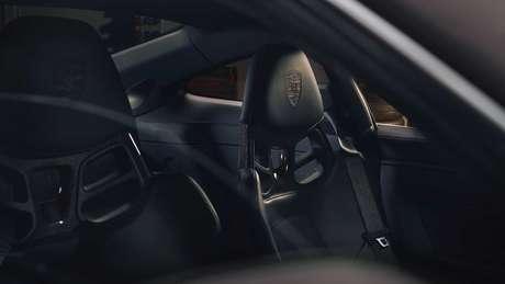 Porsche 911 GT3 Touring conta com bancos esportivos de fibra de carbono.