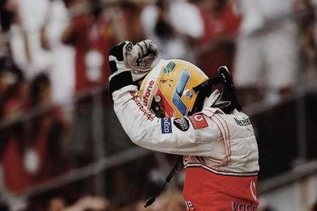 Lewis Hamilton comemorando sua vitória.