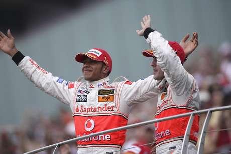 Lewis Hamilton e Fernando Alonso no pódio.