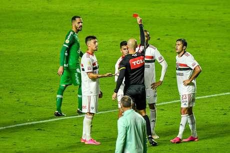 São Paulo e Chapecoense empatam com 1 a 1 em jogo marcado pela expulsa de Nestor