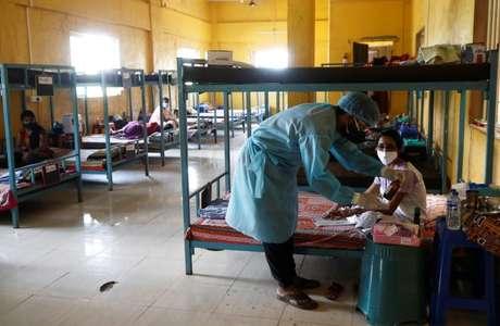 Pacientes são tratados em sala de aula transformada em unidade de tratamento da Covid-19 nos arredores de Mumbai 24/05/2021 REUTERS/Francis Mascarenhas