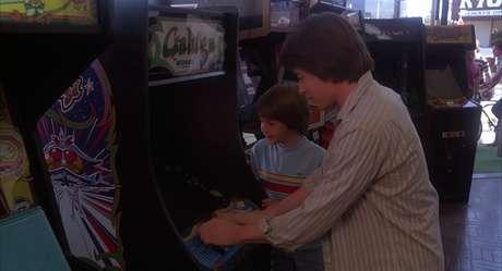 Aquele cara está jogando Galaga!