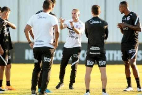 Sylvinho durante treino do Timão (Foto: Rodrigo Coca/Ag. Corinthians)