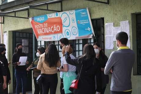 UBS da Avenida Ceci, na zona sul de São Paulo (SP) tem filas de pessoas que vieram se cadastrar para a 'xepa' da vacina contra a Covid-19. Elas serão vacinadas com os imunizantes que sobrarem no final do dia