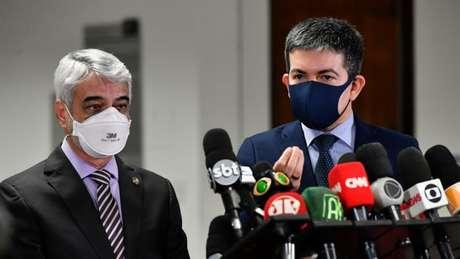 O senador Randolfe Rodrigues (Rede-AP) fala com a imprensa ao lado do parlamentar Humberto Costa (PT-PE) (