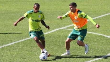 Kevin - sem colete - treinando ao lado de Benjamín Kuscevic na Academia de Futebol (Foto: Cesar Greco/Palmeiras)