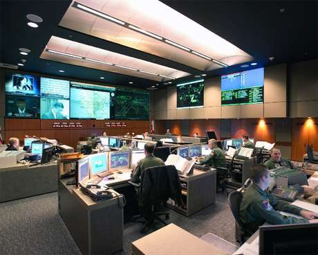 Sala de Comando do NORAD na Montanha Cheyenne. Essa é a versão MODERDIZADA depois da reforma em 2004. Imagine a pedreira que era em 1983.