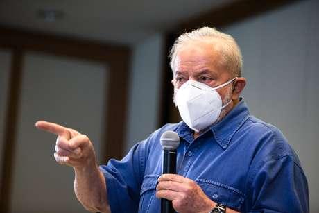 O ex-presidente Luiz Inácio Lula da Silva (PT) discursa para líderes comunitários