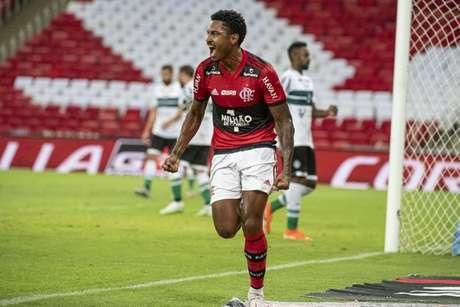 Vitinho abriu o placar na vitória sobre o Coritiba (Foto: Alexandre Vidal/Flamengo)