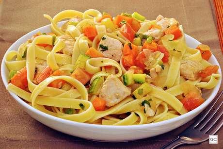 Guia da Cozinha - Talharim ao alho, óleo e legumes para surpreender no almoço