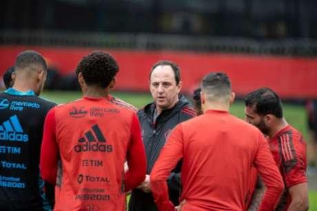 Ceni conversa com atletas no Ninho (Foto: Alexandre Vidal/Flamengo)