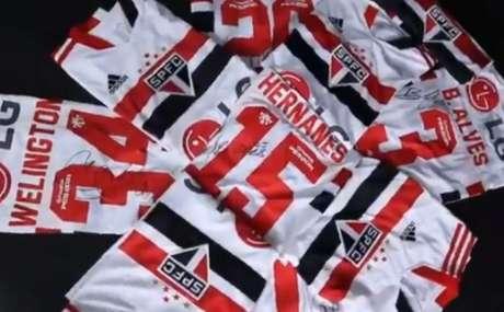 Camisas usadas pelos atletas na final do Paulistão estão em leilão (Foto: Reprodução/ Twitter @SaoPauloFC)