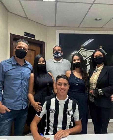 Zagueiro Jair, de apenas 16 anos, tem multa de 70 milhões de euros (Reprodução/Instagram)