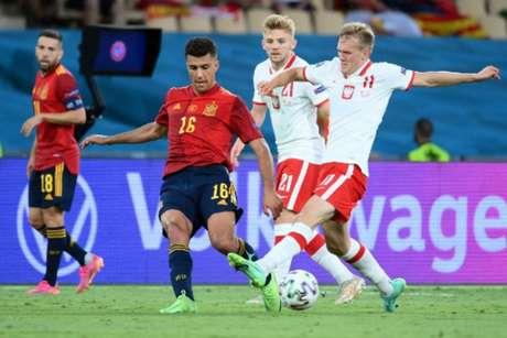 Espanha e Polônia empataram em Sevilla (Foto: LLUIS GENE / POOL / AFP)