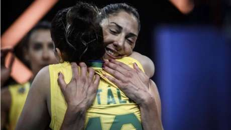 Natália é abraçada por Carol Gattaz em jogo da seleção brasileira feminina de vôlei