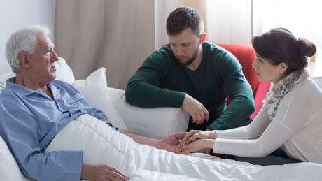 Para a médica paliativista Suellen Medeiros de Macedo, não cabe ao profissional de saúde interferir nas crenças e nos significados das famílias sobre uma eventual melhora súbita antes da morte