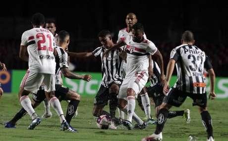 São Paulo e Santos se enfrentam neste domingo, na Vila Belmiro (Foto: Rubens Chiri / saopaulofc.net)