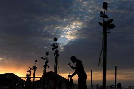 ONG brasileira homenageia vítimas do COVID-19 no país colocando flores vermelhas na praia de Copacabana