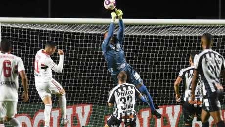 John será mais uma vez titular do gol do Santos na partida deste domingo, na Vila (Divulgação Twitter Santos)