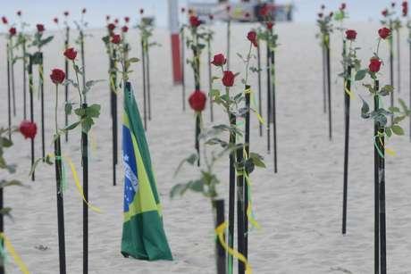 Com quinhentas rosas vermelhas a ONG Rio de Paz em parceria com o Departamento de Informação Pública da ONU (Organizações das Nações Unidas) realizam uma ação neste domingo (20/06), na Praia de Copacabana em memoria as vítimas do Covid-19 no Brasil e em repúdio ao Governo Federal. Uma data em que ultrapassa mais de 500 mil pessoas que tiveram suas vidas interrompidas. 20/06/2021