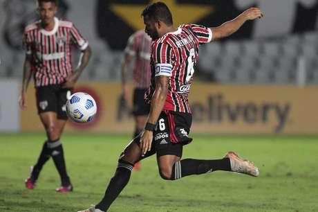 Reinaldo jogou como zagueiro contra o Santos (Foto: Rubens Chiri / saopaulofc.net)