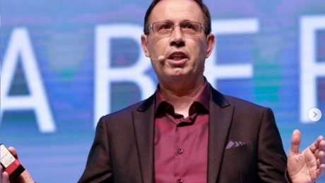 Carlos Wizard se apresenta como um empreendedor social de sucesso