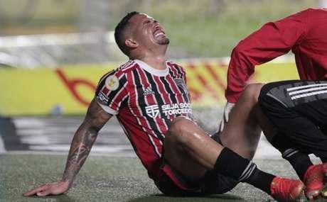 Luciano deixou o campo lesionado contra o Santos (Foto: Rubens Chiri / saopaulofc.net)