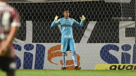 John deixou o campo no clássico contra o São Paulo contundido e será reavaliado (Foto: Ivan Storti/Santos FC)