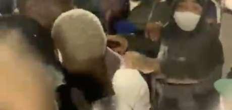 Patrick de Paula é abordado por torcedores (Foto: Reprodução)