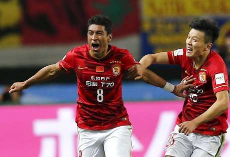 Paulinho se despediu do Guangzhou Evergrande  REUTERS/Thomas Peter
