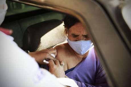 Vacinação contra covid-19 na cidade de Franco da Rocha, SP, nesta sexta feira, 18