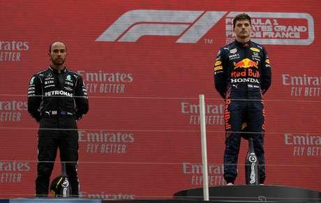 Lewis Hamilton ao lado de Max Verstappen no pódio do GP da França de F1